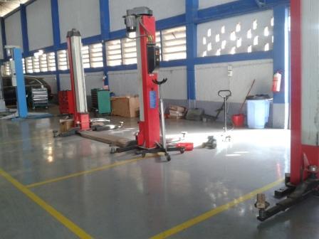 Angola: Hydraulic lift jacks in the workshop